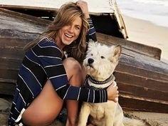 Famosos: Jennifer Aniston con su perro, en la playa.