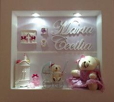 Enfeite para porta de maternidade e para quarto de menina. <br>Com linda ursa de pelúcia e um carrinho com uma ursinha e LEDs brancos! <br> <br>Garantia: 3 meses