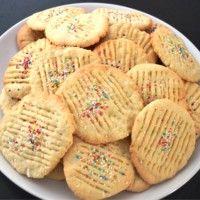 Kokosbiesjes Baking Recipes, Cookie Recipes, Suriname Food, Yummy Treats, Yummy Food, Coconut Cookies, Bread Cake, Exotic Food, Snacks
