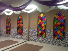 Chevaliers vitraux Kingdom rock vbs Grace point church abilene tx Faux stained glass windows Colored cellophane cut to any shape taped with black tape onto wrinkled aluminum foil that is spread flat. Castle Classroom, Classroom Decor, Stained Glass Angel, Faux Stained Glass, Chateau Moyen Age, Reformation Day, Medieval Party, Medieval Banquet, Knight Party