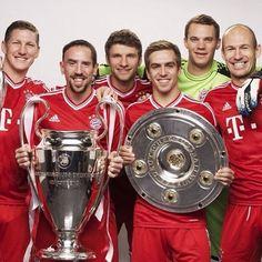 Bayern München: Schweinsteiger, Ribery, Müller, Lahm, Neuer, and Robben presented the trebble title trophies in 2013