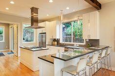 cocina al estilo minimalista con muebles blancos de madera