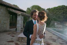 Así lucía Miriam el día de su boda, con un vestido de novia en raso de seda y encaje chantilly con incrustación en cadera de cinta bordada en hilo de oro.  #Atelier #NotreAtelier #Altacostura #Design #Quality #Personalized #Wedding #Boda #Love #Amor