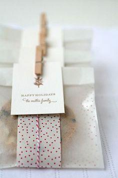 ワックスペーパーで作った袋をさらにおめかし。 タグにメッセージを添えたり、紐やリボンで季節感を出したらとっておきのプレゼントになりますね。