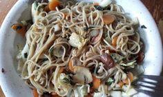 Kook 500 g soba noodles en spoel af. Fruit een uitje in sesamolie. Bak 50 g wortel, 50 g selderij (met blad) en een paar gesneden champignons 3 min mee. Voeg de noodles, 4 eetl kikkoman en 4 gesneden bladen chinese kool toe. Besprenkel met een beetje sap van geraspte gember.