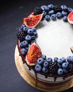 French Dessert Recipes, Cake Recipes, Mini Cakes, Cupcake Cakes, Cake Decorated With Fruit, Raw Cake, Berry Cake, Rustic Cake, Dessert Decoration