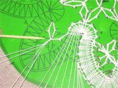 Klöppeln lernen - Umkehrschlag Irish Crochet, Crochet Lace, Bobbin Lacemaking, Bobbin Lace Patterns, Needle Lace, Lace Making, Simple Art, Crafty, Holiday Decor