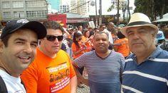 Concentração na praça Santos Andrade, em Curitiba, para a marcha em defesa dos direitos dos educadores , em 2015.