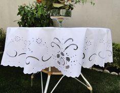 em http://www.bordadosdoceara.com.br/produtos/mesa/toalha-de-mesa-bordada-em-richelieu-primavera-tam-1-50m-detail.html // WhatsApp 85 98959.9107
