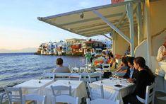 Restaurantes en la isla griega de Mikonos, al atardecer