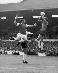 John Radford del Arsenal, salta sobre el defensa Mike England del Tottenham Hotspur, pero el portero Pat Jennings, salta aun mas alto y le gana el balón, Agosto 1968.