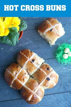 Traditional hot cross buns recipe, sweet, lightly spiced and containing either currants, raisins or sultanas, a classic Easter dessert. Cross Buns Recipe, Bun Recipe, Slow Cooker Desserts, Winter Desserts, Fudge Recipes, Dessert Recipes, Party Desserts, Brunch Recipes, Bread Recipes