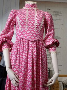 Great detailing and construction on this vintage Laura Ashley womens dress.