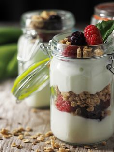 If you don't do dairy, sugar, artificial colors, flavors and preservatives, you don't do store-bought yogurt. Try this homemade vegan yogurt recipe for a healthy alternative! Fodmap Breakfast, Breakfast Recipes, Breakfast Ideas, Yogurt Breakfast, Eat Breakfast, Yogurt Health Benefits, Fruit And Yogurt Parfait, Yogurt Popsicles, Yogurt Smoothies