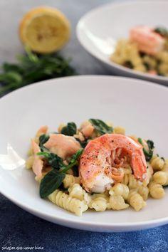 One Pot Pasta mit Lachs, Garnelen und Spinat