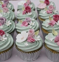 The frosting and flowers such a pretty contrast #Flowercupcakes