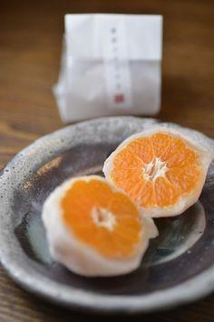 兵庫県姫路市「甘音屋」の みかん大福。Mikan (tangerine) daifuku from 'Amane-ya', Himeji, Hyōgo Pref., Japan. ☆Daifuku is a soft thin rice cake commonly stuffed with red bean jam.