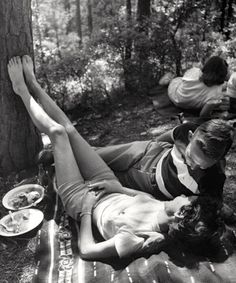 A cosy picnic, 1950s. Photo by Lisa Larsen.