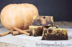 How to make an easy pumpkin pie spice soap with pumpkin puree and goat milk; perfect for autumn, Halloween and Thanksgiving.