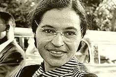 Rosa Parks wurde am 4. Februar 1913 geboren. Rosa Louise Parks war eine US-amerikanische Bürgerrechtlerin, die sich 1955 weigerte, ihren Sitzplatz in einem Bus für einen Weißen zu räumen und damit als ein Anfang der US-Bürgerrechtsbewegung den Montgomery Bus Boycott auslöste. Sie wurde am 4. Februar 1913 in Tuskegee, Alabama in den Vereinigten Staaten geboren und starb mit 92 Jahren am 24. Oktober 2005 in Detroit, Michigan. Ihr Geburtstag jährt sich am heutigen Tag zum 103. Mal.