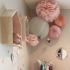 Composition de lanternes roses et pêches pour chambre de petite fille