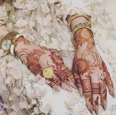 Uploaded by Princesse. Find images and videos about henna on We Heart It - the app to get lost in what you love. Khafif Mehndi Design, Rose Mehndi Designs, Mehndi Designs 2018, Mehndi Design Pictures, Mehndi Designs For Girls, Mehndi Designs For Fingers, Henna Tattoo Designs, Mehndi Images, Heena Design