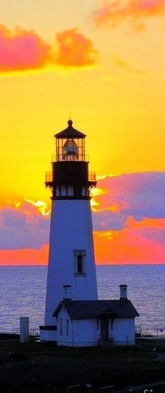 Lighthouse on the Oregon coast Beautiful Sunset, Beautiful Places, Saint Mathieu, Lighthouse Pictures, Bay Lights, Beacon Of Light, Oregon Coast, Oregon Usa, Pacific Coast