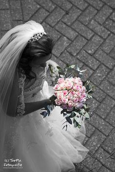 Bruidsboeket in handen van een prachtige bruid. #bruid #trouwen #trouwfotografie #bruidsboeket   Voor meer info: www.toppixfotograaf.nl
