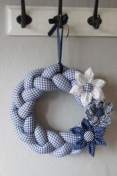 Braided fabric wreath and hand sewn flowers (needs translation, but it has good instructional photos) Wreath Crafts, Diy Wreath, Diy And Crafts, Christmas Crafts, Arts And Crafts, Advent Wreath, Fabric Crafts, Sewing Crafts, Sewing Projects