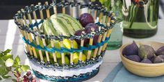 Tisser une corbeille avec du bambou et des chutes de tissu Watermelon, Fruit, Floral, How To Make, Food, Couture, Glass Jars, Diy Room Decor, Fabrics