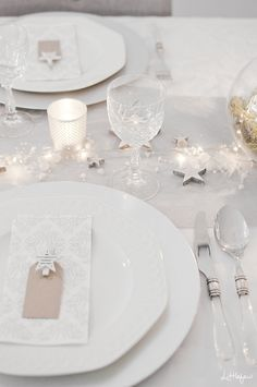 Are you looking for last minute ideas for your Christmas table setting? I must say I will be in someone's else home (mine is too small to host big lunches!) …and this is really a good thing, it is so stressful … Christmas Colors, Christmas Themes, Christmas Fun, Xmas, White Christmas, Christmas Table Settings, Outdoor Christmas Decorations, Dining Decor, Decoration Table