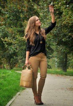 Pantalón café, blusa negra