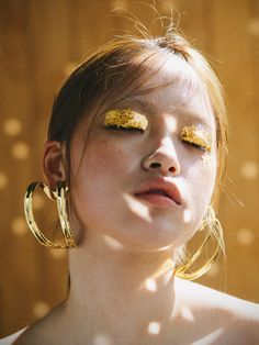 oversized hoop earrings yellow eye makeup Source by daianafolea Yellow Eye Makeup, Gold Makeup, Hair Makeup, Makeup Eyes, Makeup Inspo, Makeup Inspiration, Beauty Make Up, Hair Beauty, Oversized Hoop Earrings