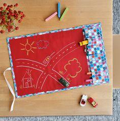 Ein Teppich zum Spielen und zum Malen - das geht! Wir zeigen dir, wie du einen praktischen Spielteppich aus Tafelstoff nähen kannst. So können die Kleinen ihre eigenen Welten aufmalen und das passende Zubehör gleich verstauen! So geht's!