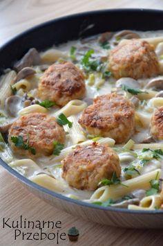 Klopsiki z makaronem w sosie pieczarkowo-porowym – propozycja na pyszny obiad z patelni :) Więcej przepisów na obiady znajdziecie pod tym tagiem: Obiad – przepisy. Klopsiki z makaronem w sosie pieczarkowo-porowym – Składniki: 500g mięsa mielonego z szynki wieprzowej 1 czubata łyżeczka słodkiej papryki pół łyżeczki czosnku granulowanego 1 duża cebula (ok. 160g) 1 łyżeczka […] Pork Recipes, Veggie Recipes, Cooking Recipes, Healthy Recipes, Fast Dinners, Food Design, I Foods, Food Inspiration, Love Food