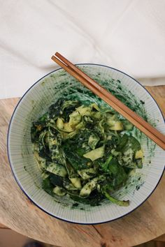 Cette recette de tagliatelles aux épinards est idéale pour ceux et celles qui ne savent plus quoi faire à manger et qui ont envie de passer le moins de temps possible en cuisine (pour cette recette, comptez 5 à 12...