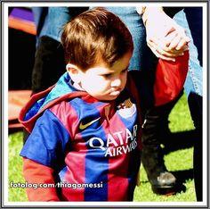 Thiago Messi : Olha Vivi, essa é pra vc mostrar pra sua mãe, vê se dá pra resistir a tanta gostosura, mesmo fazendo pirraça a gente perdoa, porque é fofura em excesso rs.  Quase infartei com essa foto, meu sonho era apertar ele todo, ai sim ia ter motivo pra pirraçar kkkkkkk.  Ótima semana para todos   thiagomessi