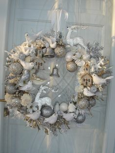 ☆ White Christmas wreath, I have the most amazing clients! Thanks so much for my new Christmas wreath I absolutely love it ☺️😛 Shabby Chic Christmas, Silver Christmas, Christmas Holidays, Christmas Crafts, Rustic Christmas, Decoration Vitrine, Xmas Wreaths, White Christmas Wreaths, Christmas Stockings