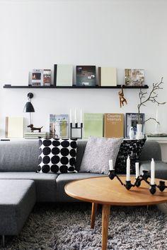 Bank met kussens, ronde tafel en schilderijplanken