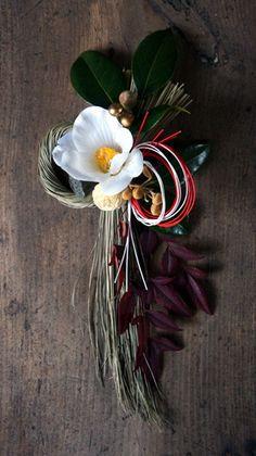 本日、cross×lab さんへお正月飾りを納品しました。ミニお飾りは3点作りました。こちらは椿の花のみフェイクです。ドライの素材を使ったアイボリーなしめ...