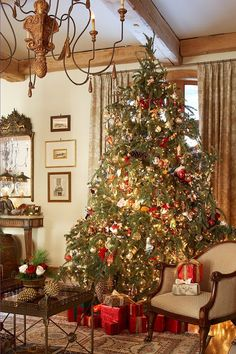 O Christmas Tree! Christmas Tree Decoration Ideas - Places in the Home - English Country Christmas - Merry Little Christmas, Noel Christmas, Country Christmas, Winter Christmas, All Things Christmas, Christmas Colors, Christmas Classics, Christmas Feeling, Cottage Christmas