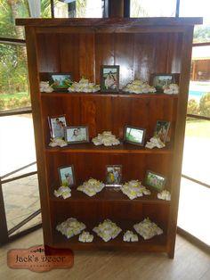 Cristaleira rústica no hall de entrada