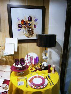 Ambiance couleurs pour cette table printanière. Porcelaine, couverts, verres, lampe, créations Bruno Evrard. #TableEtDécor