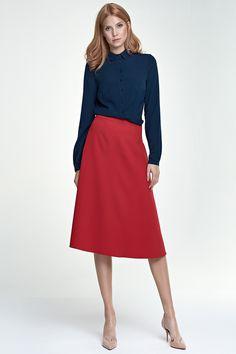 Jupe trapèze, midi, rouge : Avec sa coupe en trapèze, très évasée, cette jupe midi nous promet une allure très tendance et incontestablement féminine. On apprécie sa ceinture montée qui souligne la taille ainsi que ses deux larges poches, très pratiques.