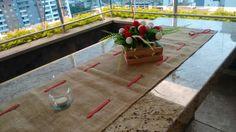 Arreglo floral adecuado en nuestro mesón del picnic en casa.