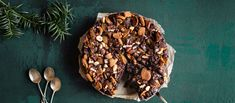 Superhelpossa jouluisessa mutakakussa taikinan ainekset vain sekoitetaan keskenään. Mitä tänään syötäisiin?-reseptikilpailun voittajakakku koristellaan jouluherkuilla. Stuffed Mushrooms, Baking, Vegetables, Desserts, Christmas, Recipes, Food, Stuff Mushrooms, Tailgate Desserts