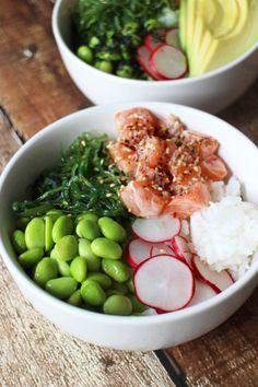 Poké bowls zijn je-van-het aan het worden en wij snappen wel waarom: het is het makkelijke broertje van sushi en je kunt er zóveel kanten mee op. Wij maken vandaag een poké bowl met zalm, avocado, sojaboontjes en zeewiersalade. Houd er rekening mee dat de rijst na het koken nog moet afkoelen. Dit kan al …