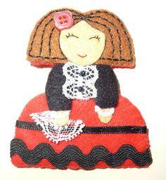 manualidades para regalar. broches de fieltro Crochet Hats, Dolls, Christmas Ornaments, Disney Princess, Disney Characters, Facebook, Education, Ideas, Scrappy Quilts