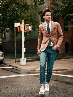 2015-08-13のファッションスナップ。着用アイテム・キーワードはシャツ, ジャケット, スニーカー, テーラード ジャケット, デニム, ネクタイ, ポケットチーフ,コンバース(converse)etc. 理想の着こなし・コーディネートがきっとここに。| No:120598