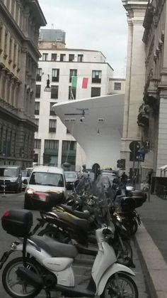 Una #nave spunta dai palazzi e approda a Piazza Affari a #Milano.